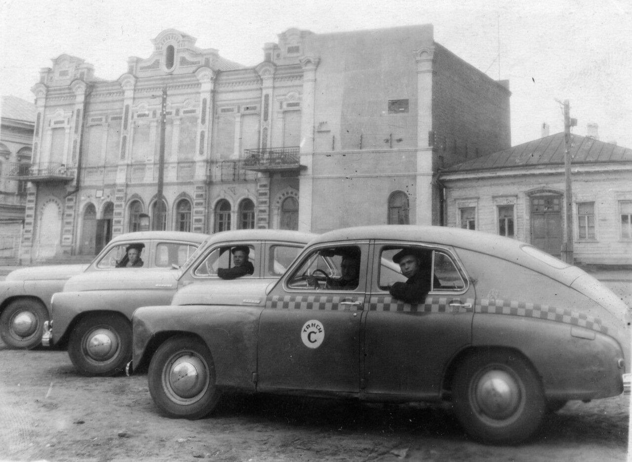 1940-е. Стоянка такси перед драмтеатром