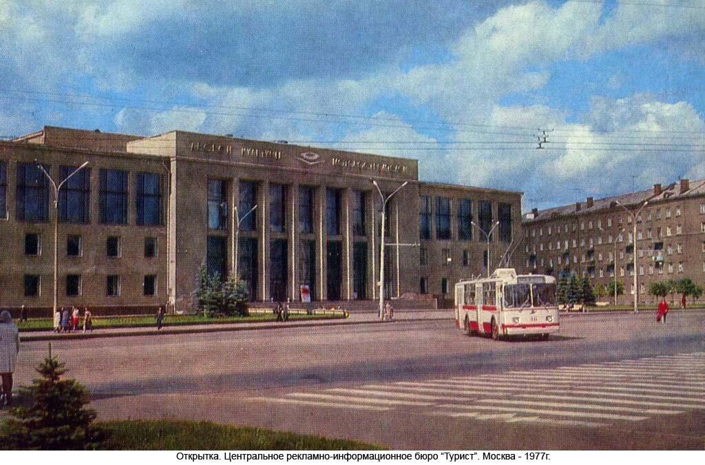 Троллейбус ЗИУ-682В поворачивает с проспекта Ленина на проспект Толбухина