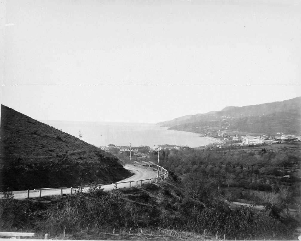 16. Ялта. Вид домов на побережье; на первом плане - дорога на Поликуровский холм