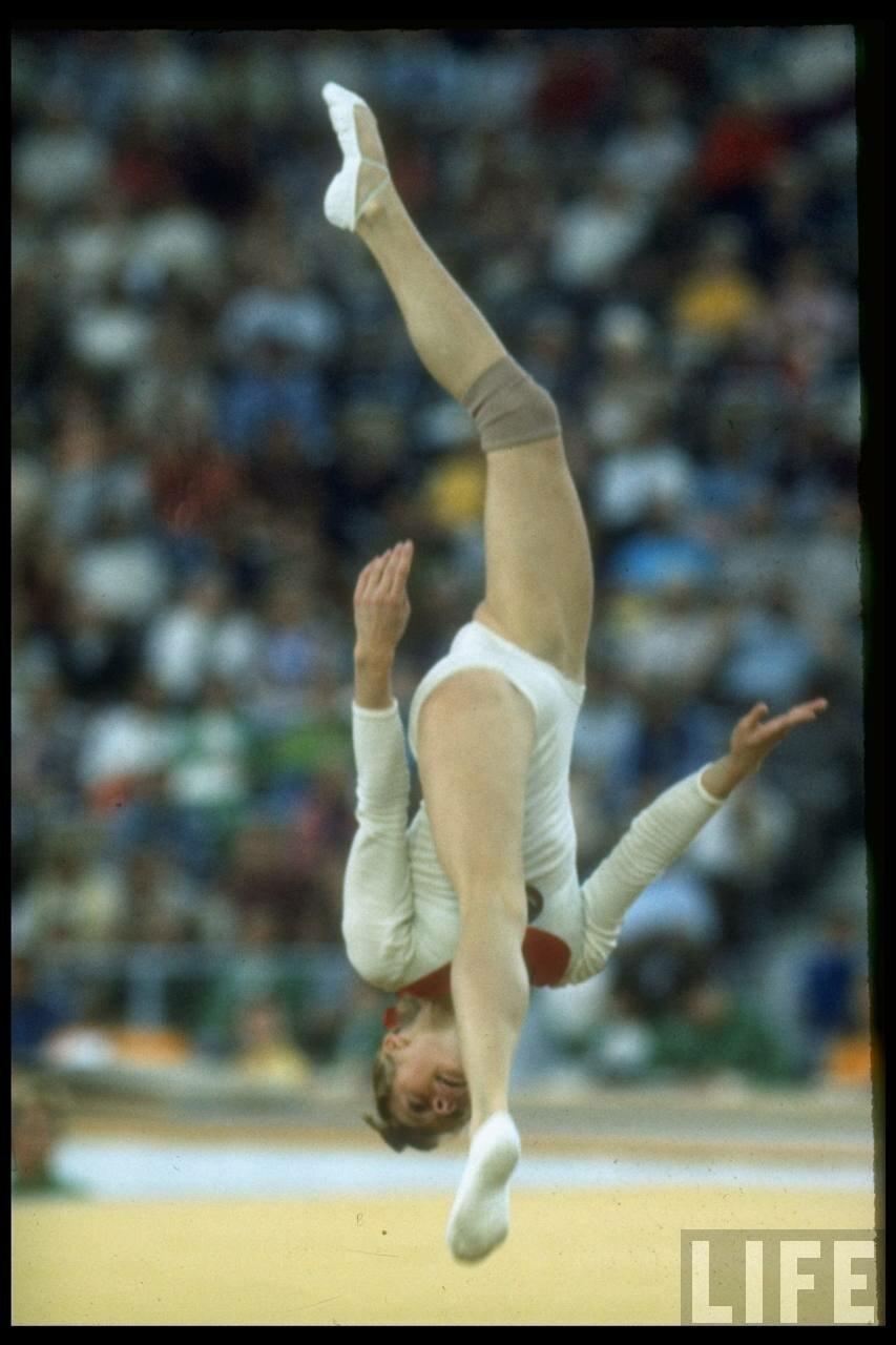 Гимнастка Тамара Лазакович выполненяет вольные упражнения во время летних Олимпийских играх
