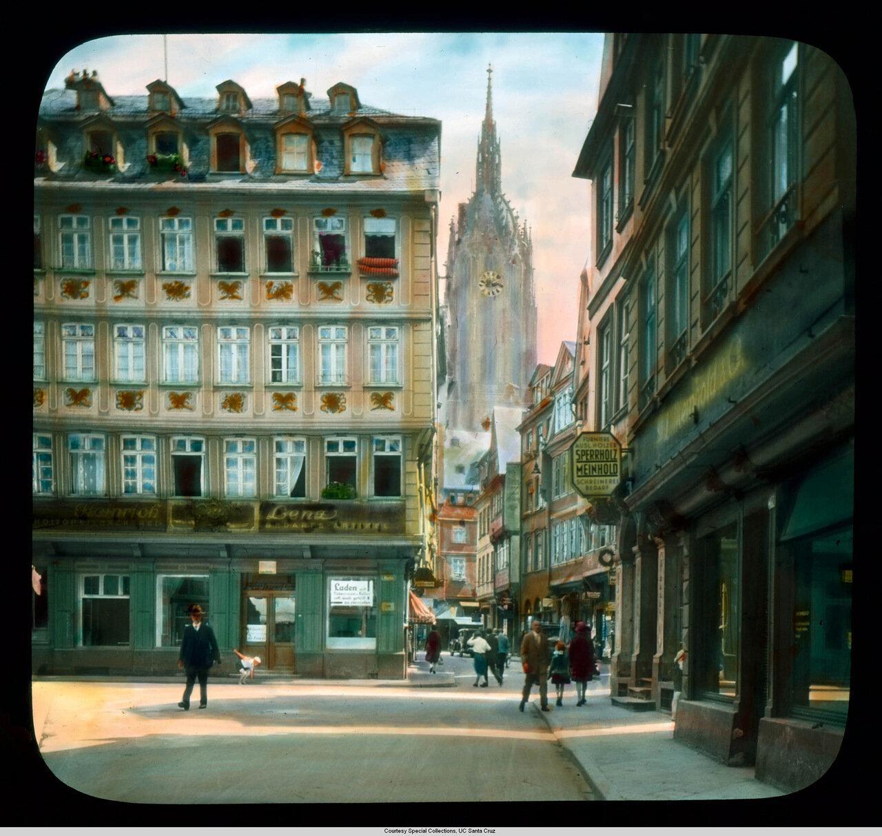 Франкфурт-на-Майне. Магазины на площади Рёмерберг и башня Собора с часами вдали