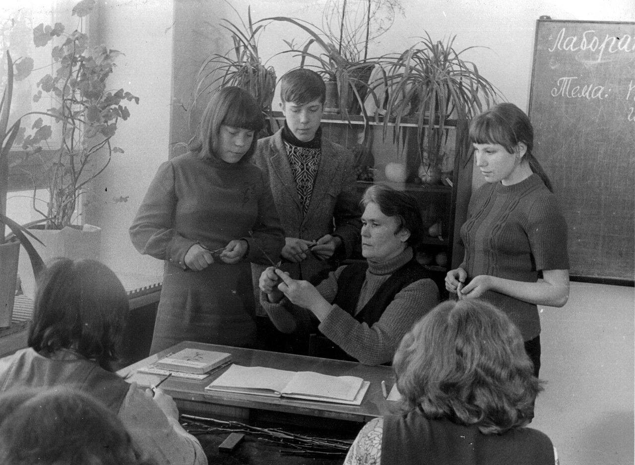 Александра Ивановна Шишова на уроке в Костинском СПТУ-29. 80-е годы прошлого века.