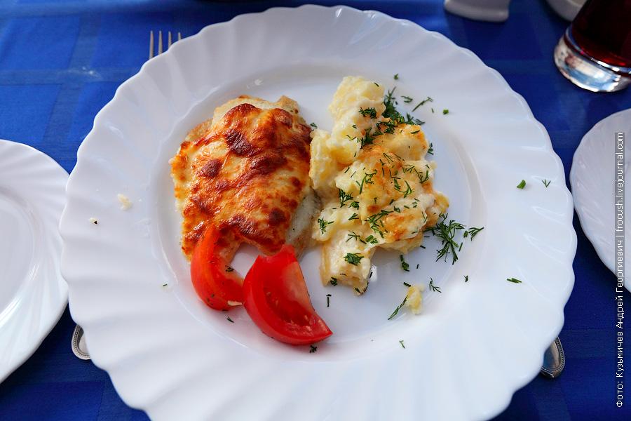 Запеченный кусочками картофель с запеченной под майонезом рыбой