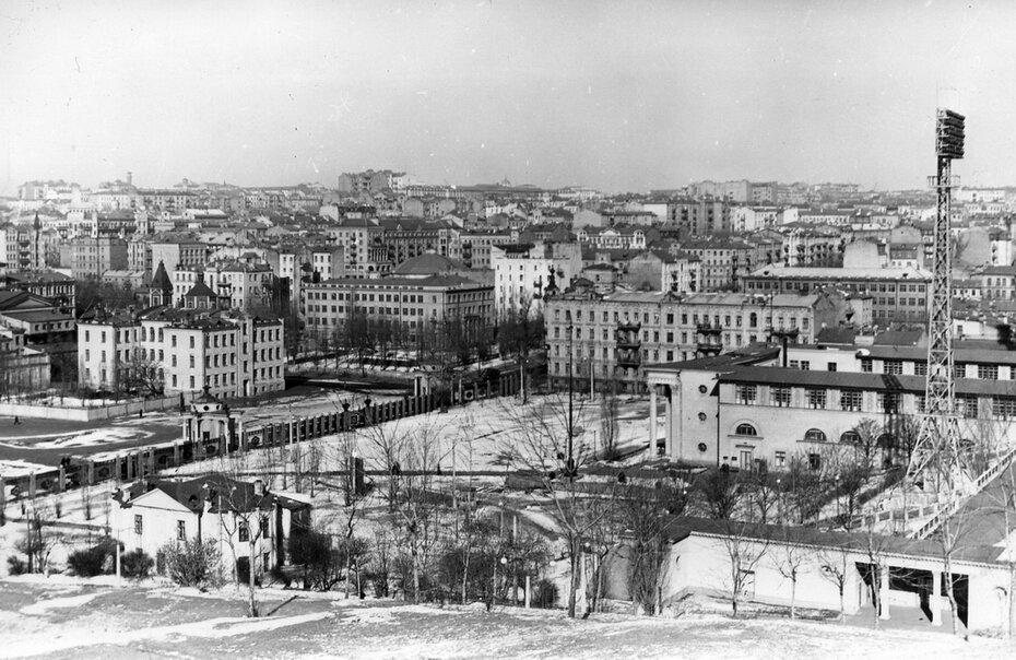 1960. Вид с Черепановой горы. Площадь перед Центральным стадионом имени Н.С.Хрущева. Фото: Плаксин М.