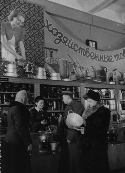 1941.11. Покупатели в отделе хозяйственных товаров нового показательного универмага
