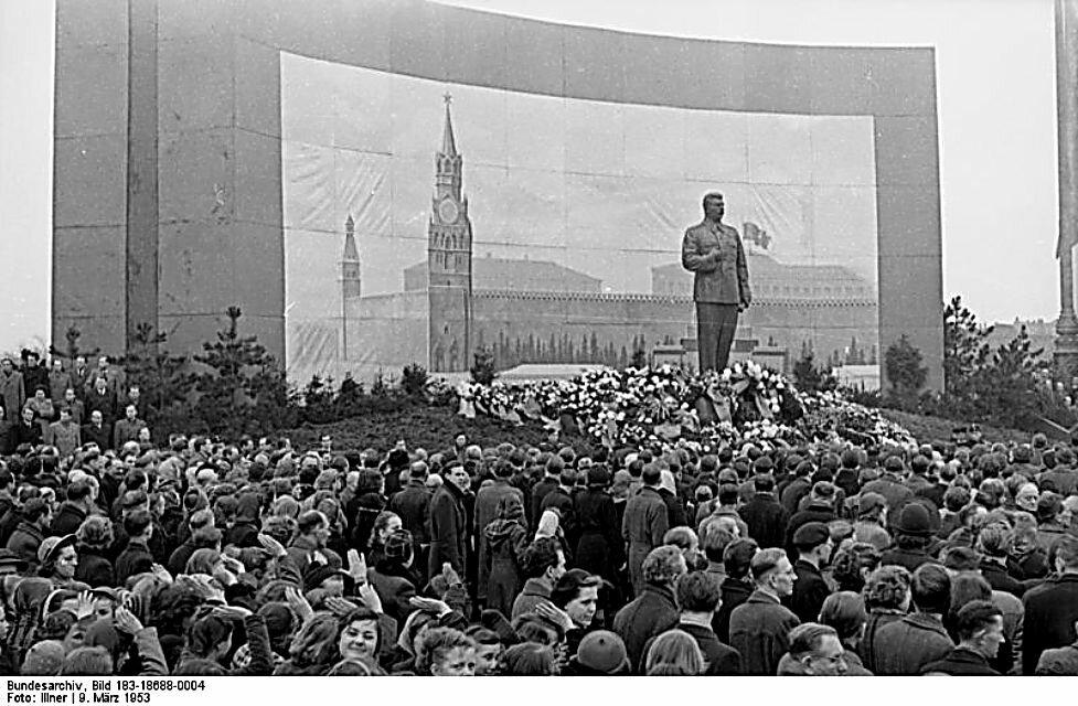 Траур в Лейпциге по Сталину, во время похорон Сталина в Москве. 9 марта 1953 г.  Leipzig, Trauermarsch zur Beisetzung Stalins,