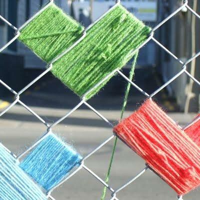 Как украсить забор из сетки рабицы своими руками