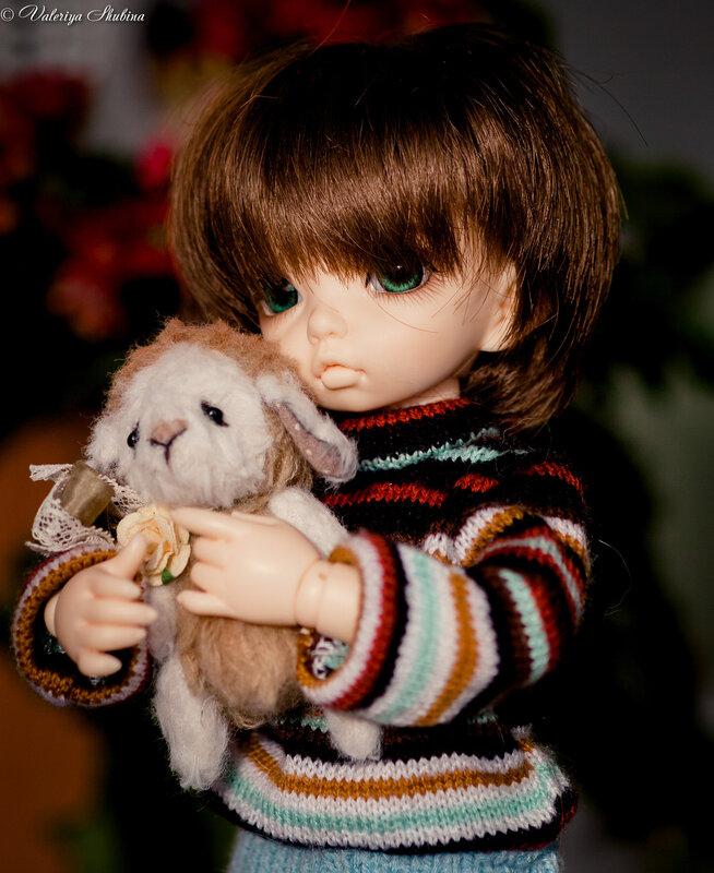 в руках куклы.
