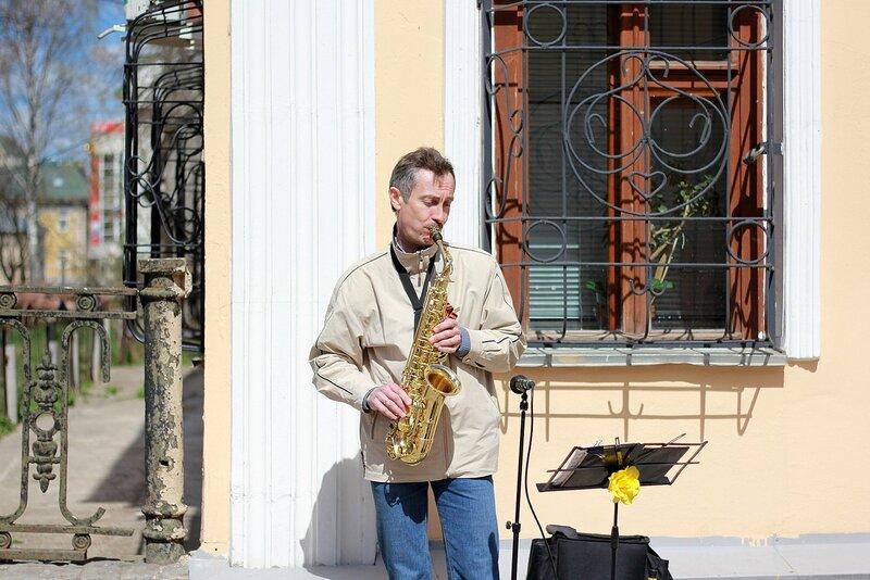 саксофонист на ул. Московской