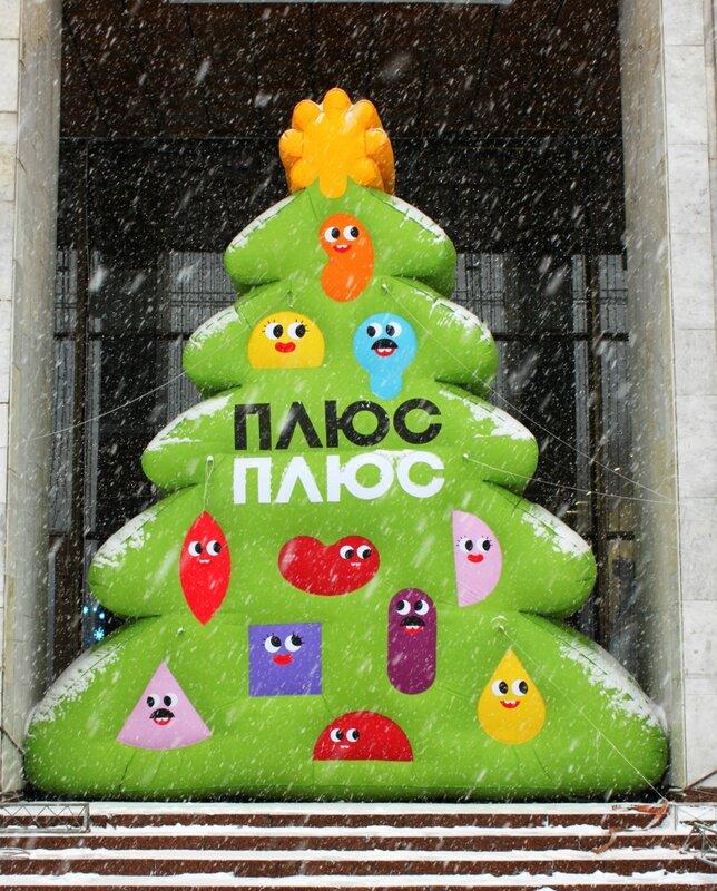 Надувная елка под Украинским домом