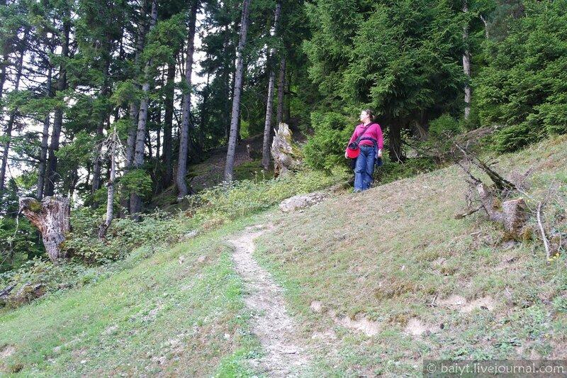 Поднимаемся на гору возле деревни Уцера