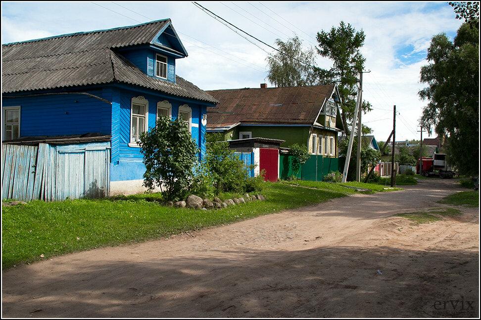 Ближе к окраинам город по застройке напоминает, скорее, зажиточное село