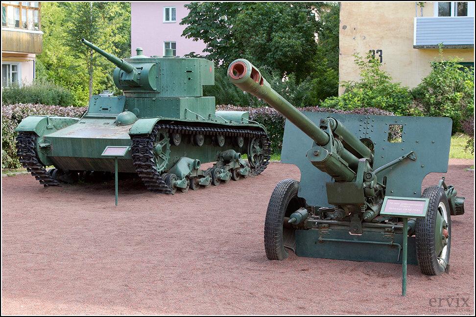 """В двух шагах от """"Орла"""" прямо на улице небольшая экспозиция техники времен Великой Отечественной."""