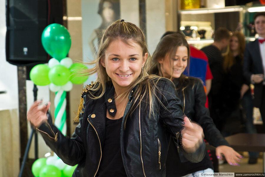 Танцовщица на чемпионате по армрестлингу в ТРЦ РИО