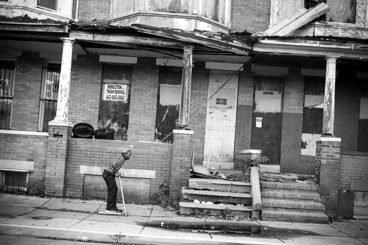 Неулыбчивая Америка: Черно-белая жизнь в бедных кварталах современного Балтимора (37)