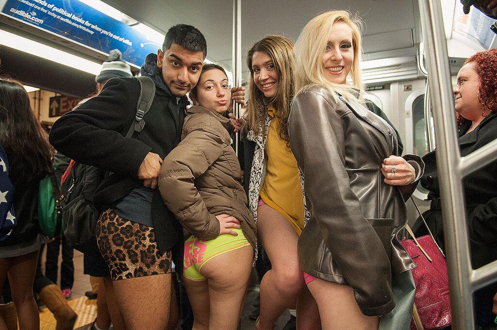 В метро без штанов, на второй фотке Акунин