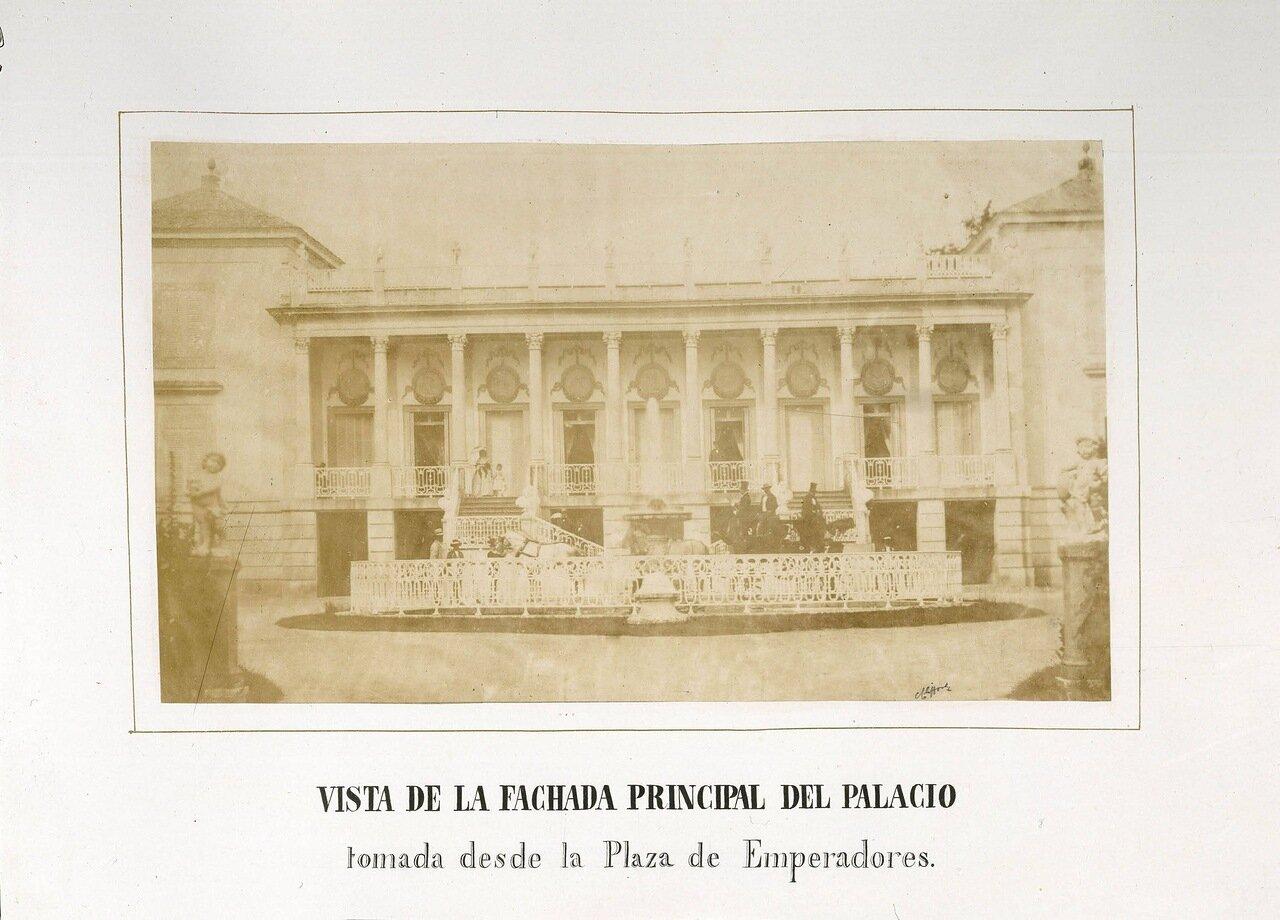 Вид на главный фасад дворца с Пласа де Ориенте (Plaza de Oriente) в Мадриде