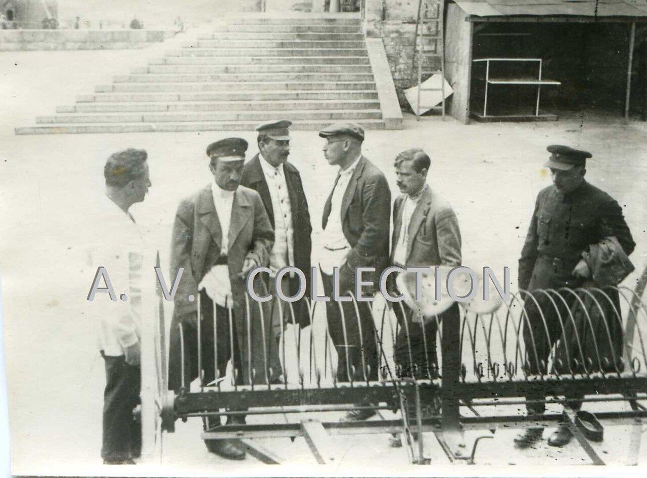 1929-30-е гг юа зайцев стоит в первом ряду с ружьём и с собаками, третья слева - кв попова, жена юа зайцева