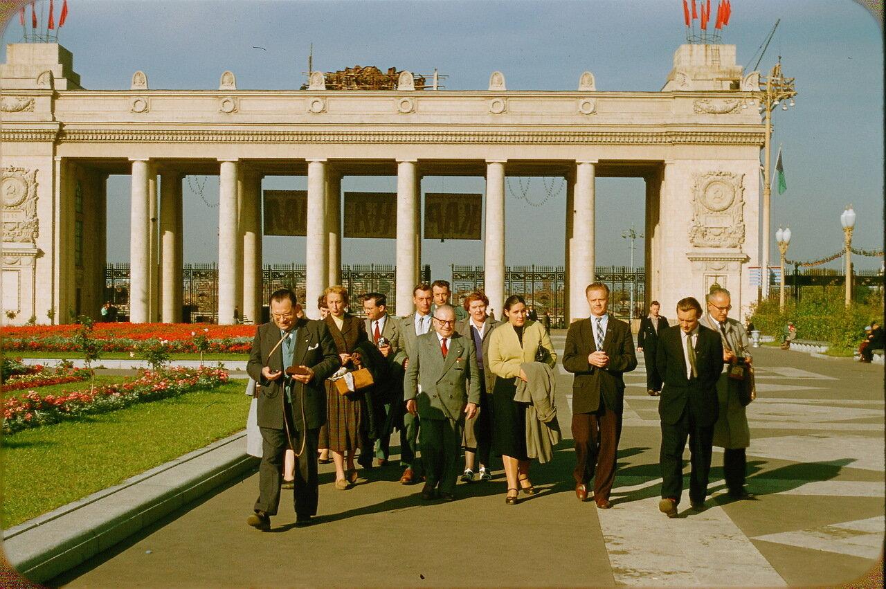 Вход в Парк Горького и франко-советская делегация