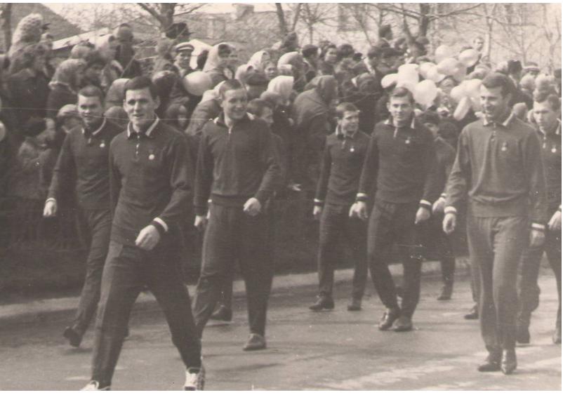Члены хоккейной команды «Олимпия» на первомайской демонстрации. В третьем ряду кр.слева идет Александр Мальцев. г.Кирово-Чепецк, 60-е гг. ХХ века