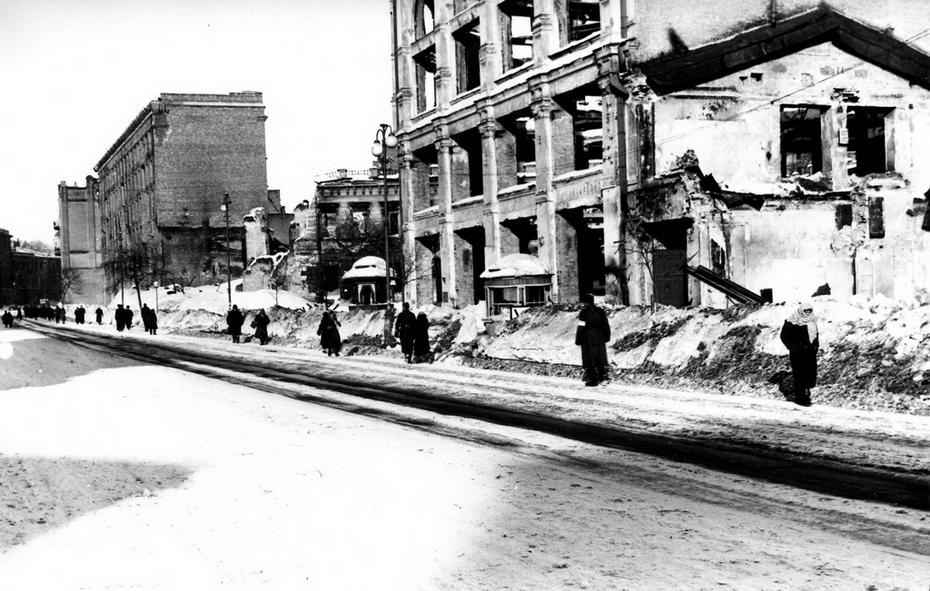 1943-1944. Фото: Давидзон Я.Б. Разрушенный Хрещатик в районе пересечения с улицей Энгельса (теперь улица Лютеранская)
