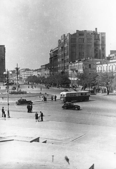 1947-1950. Вид Хрещатика со ступеней на входе в Пионерский парк (теперь Хрещатый парк)