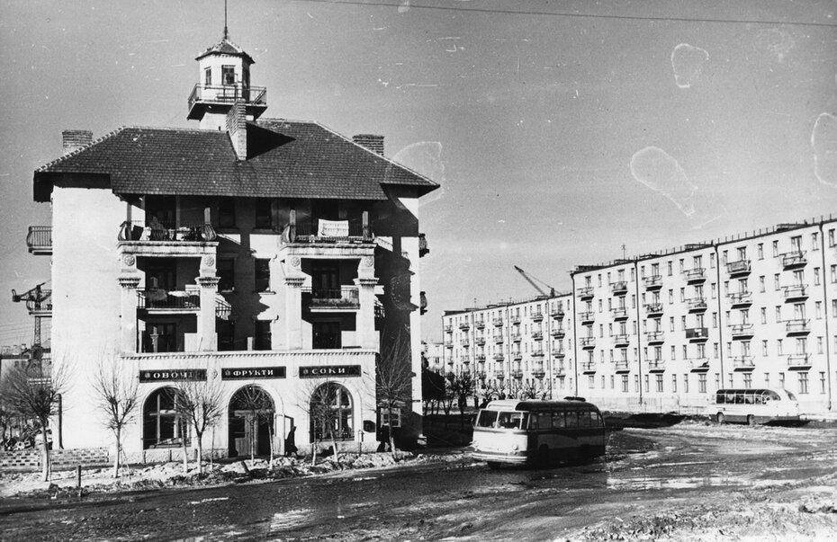 1960.02. Угол бульвара Верховного Совета и улицы Строителей