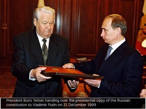 Президент Борис Ельцин передаёт президентский экземпляр Российской Конституции Владимиру Путину, 31 декабря 1999 года
