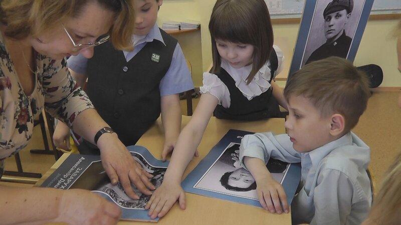 Ученики 2 «В» клеят фотографии на штендеры