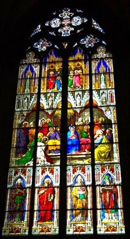 Витражное окно в соборе.