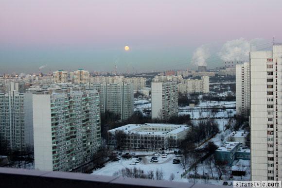 восход луны над городом