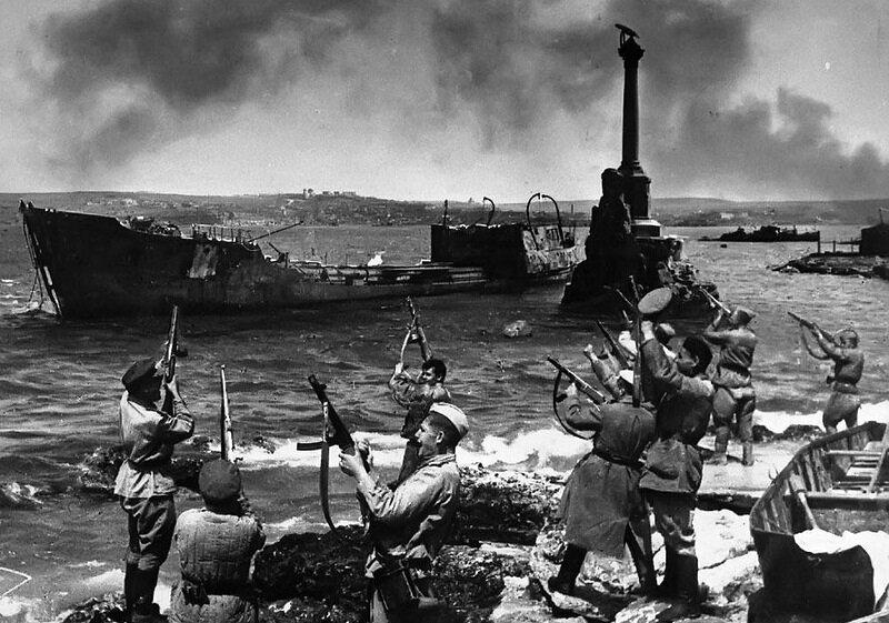Салют в честь освобождения Севастополя 9 мая 1944