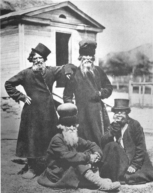 Мужчины в ямщицких и валяных шапках. 1900-е гг.