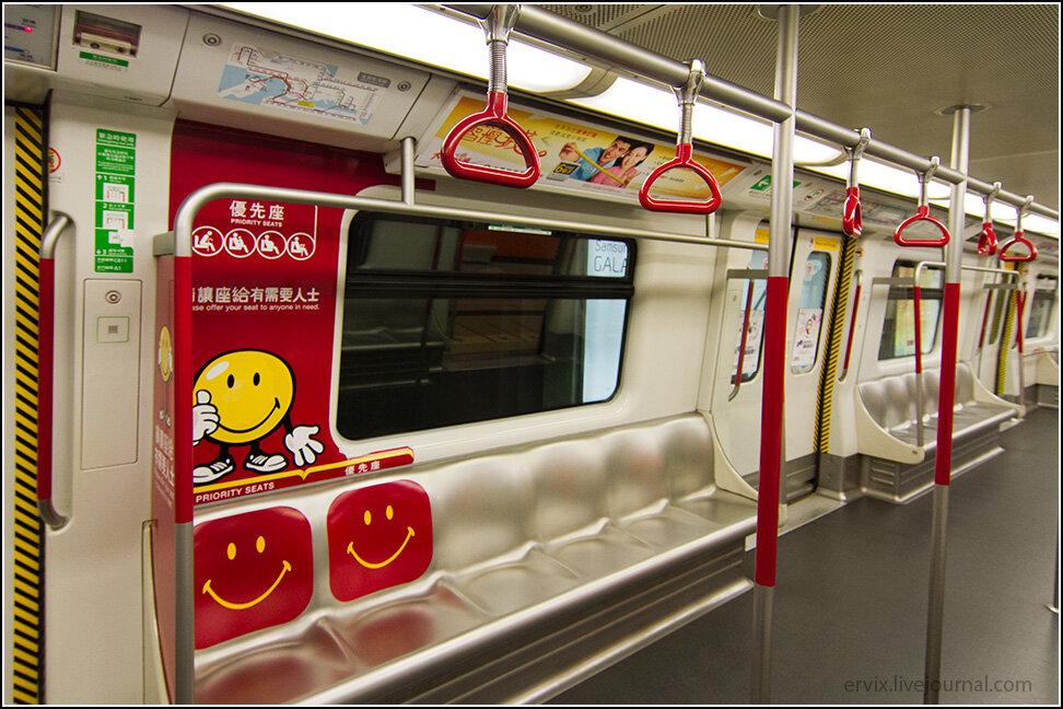 Над каждой дверью находится крайне понятная интерактивная схема метро, которая дает понять, где находится.