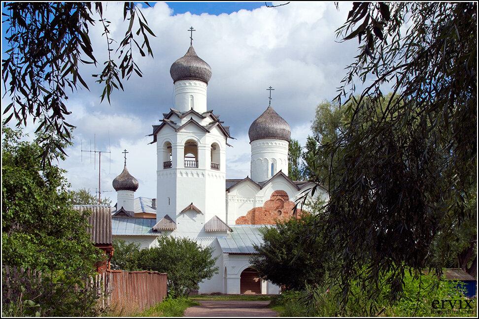 Самые древние из сохранившихся построек в городе - ансамбль Спасо-Преображенского монастыря.