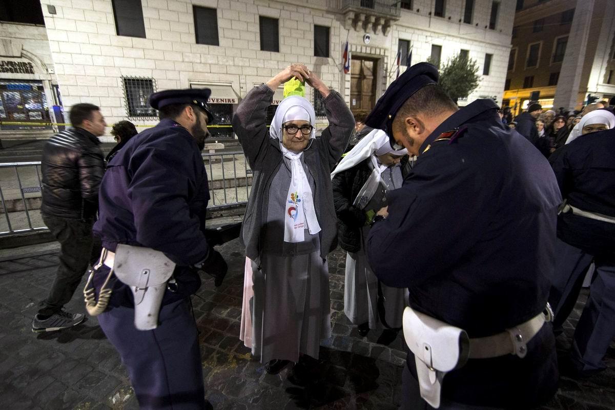Ну что, террористки, попались!: Обыск старых монашек на площади Св. Петра в Ватикане