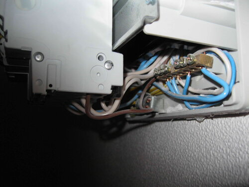Фото 5. Доступ к нулевой шине закрыт автоматическими выключателями. Вид сбоку.