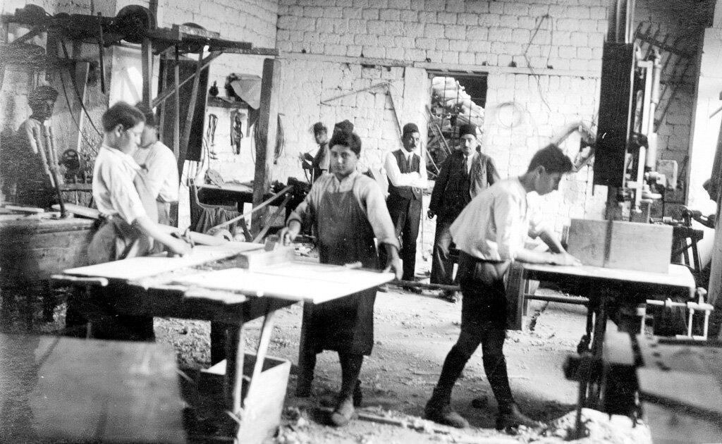 Ученики столяра в армянском детском доме Алеппо в 1923 году