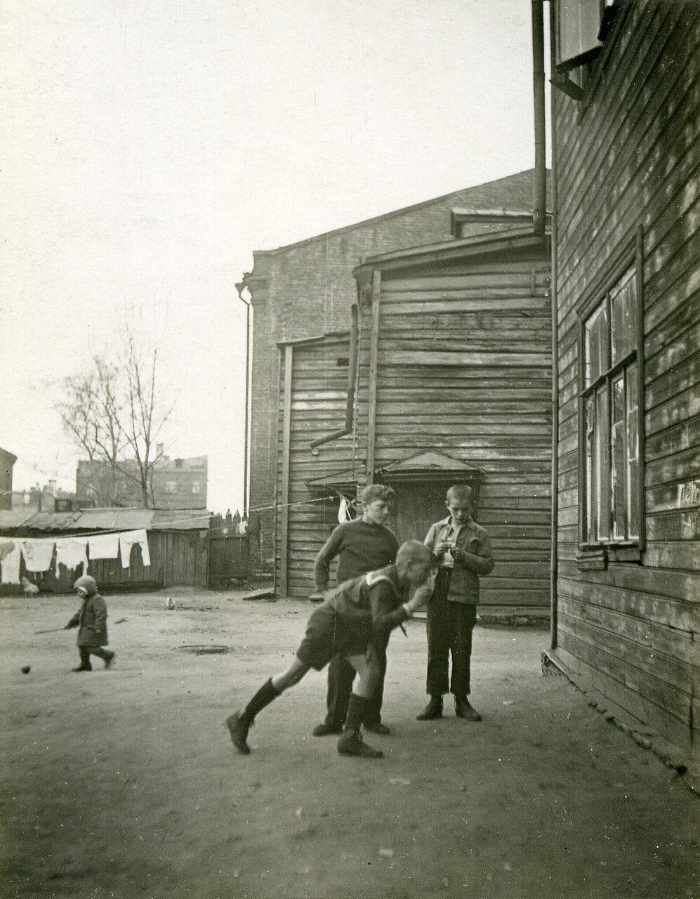 1939 г. Двор дома №6 по Дорогомиловскому валу, дворовые игры