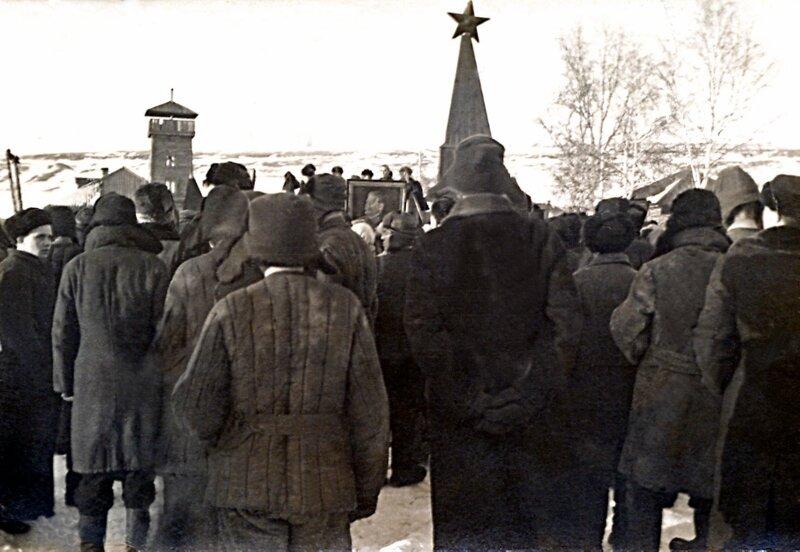 Митинг в сибирском рйцентре в день похорон Сталина