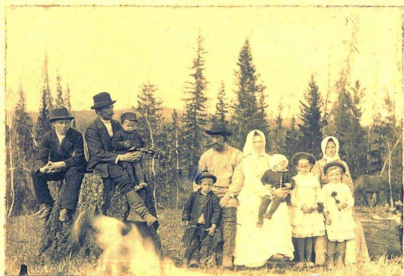 На пасеке в деревне Каменный Ключ семья П.Б.Перевозчикова.В центре снимка он сам, перед ним стоит сын Виктор.Рядом-его жена Вера. Дмитриевна(урожденная Голощапова) с сыном Борисом на руках.Женщина слева, предположительно, сестра Веры Дмитриевны. Перед ней