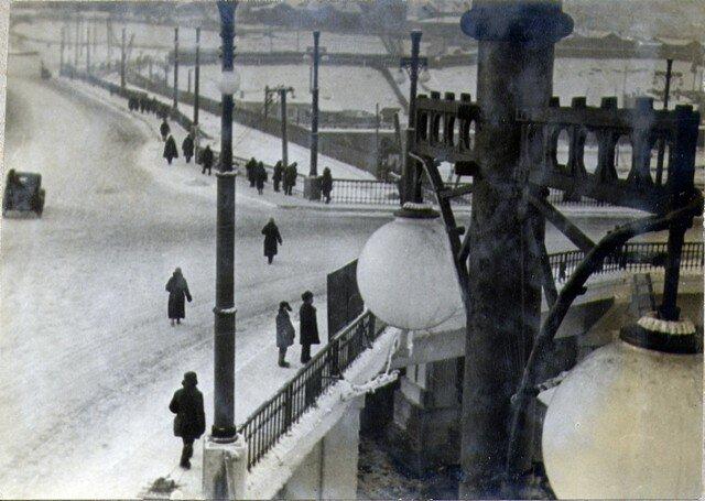 Проезд на мосту в месте разветвления. Прямо – к вокзалу; направо – к товарной станции. Дек. 36г.