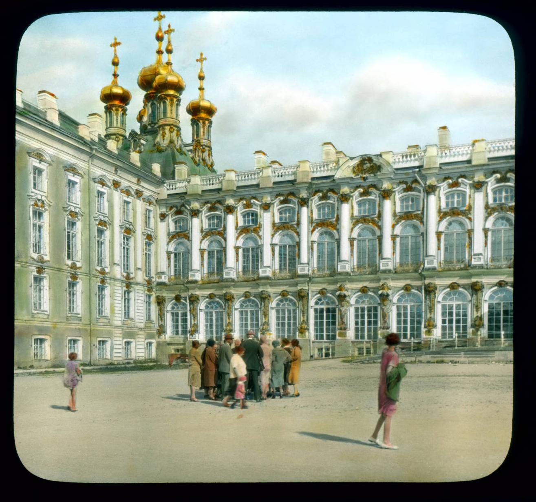 Пушкин (Царское Село). Екатерининский дворец: внешний вид и толпа людей на экскурсии