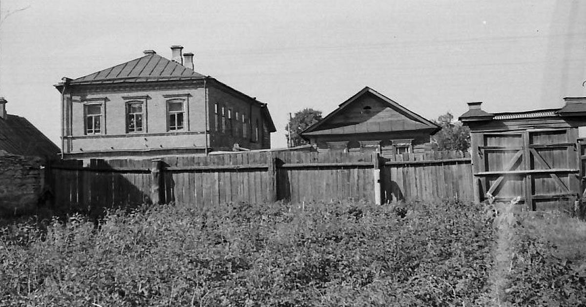 Вид на улицу Московскую со двора дома Чарушниковых.