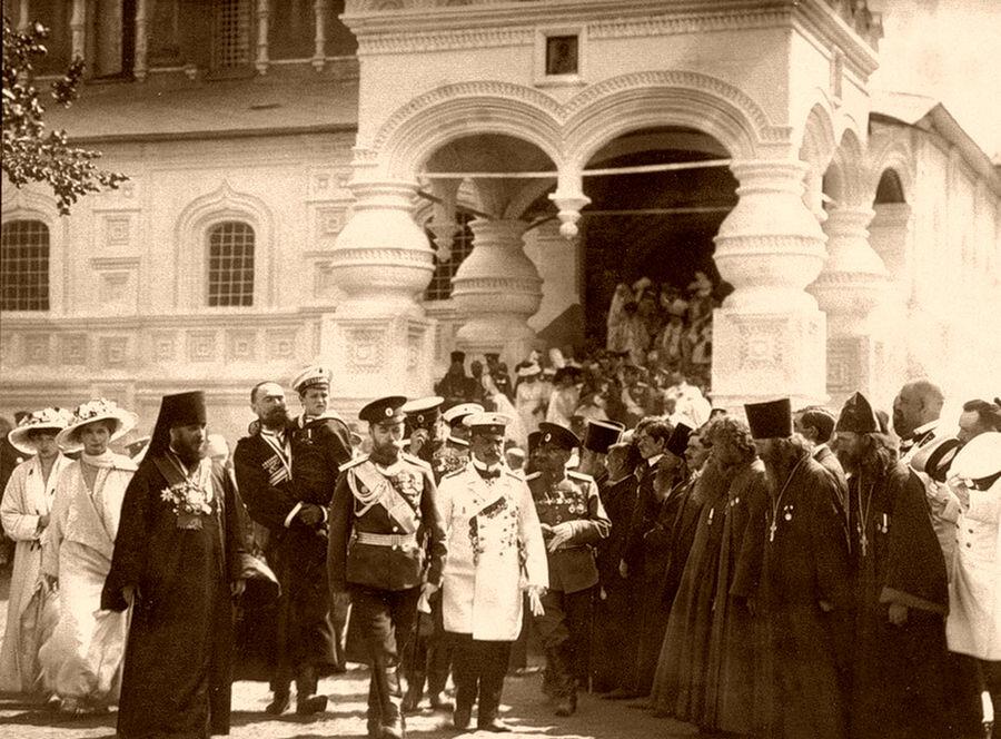Николай II выходит из Троицкого собора.