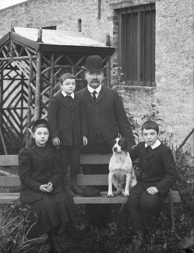 Томас Пауэр с детьми и собакой. Дангарван, графство Уотерфорд. 1906