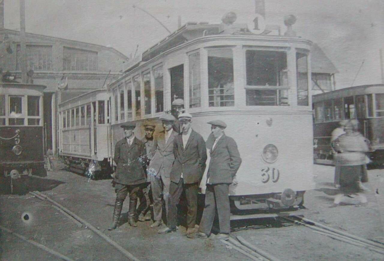 Работники ярославского депо фотографируются на фоне трамвая типа Walker. 30-й вагон был с 1927 по 1951 год, а прицеп № 5 по 1935, так что фото относится к концу 20-х - началу 30-х