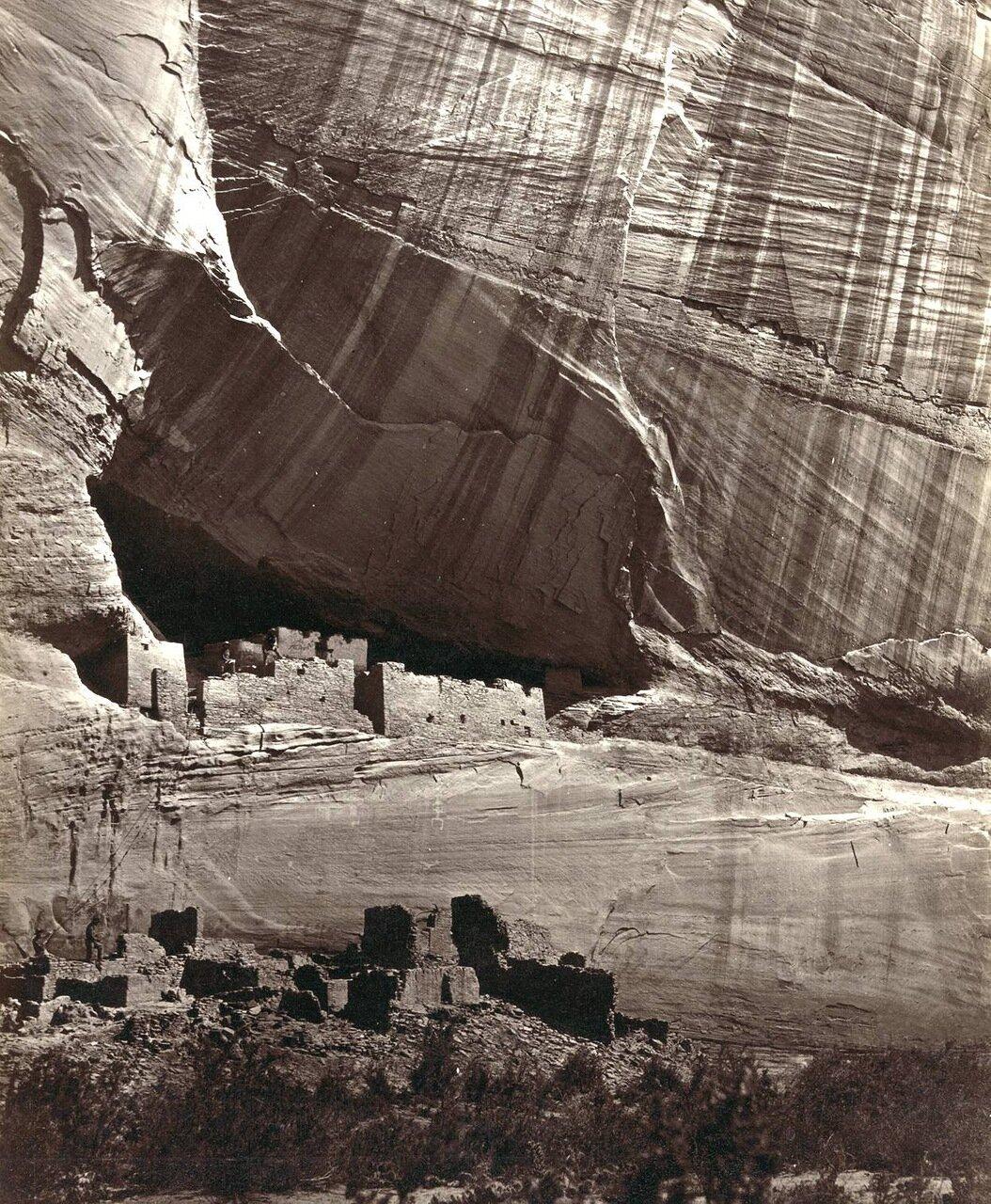 Вид на  развалины Белого дома предков американских индейцев пуэбло в Каньон де Шелли, Аризона, в 1873 году
