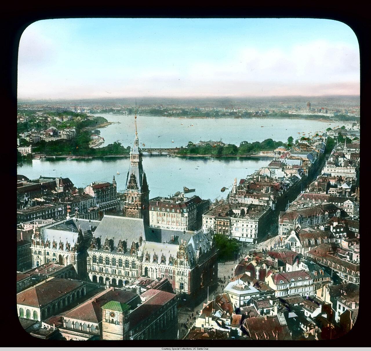 Гамбург. Вид с воздуха на городской центр м Ратушей и рекой Альстер