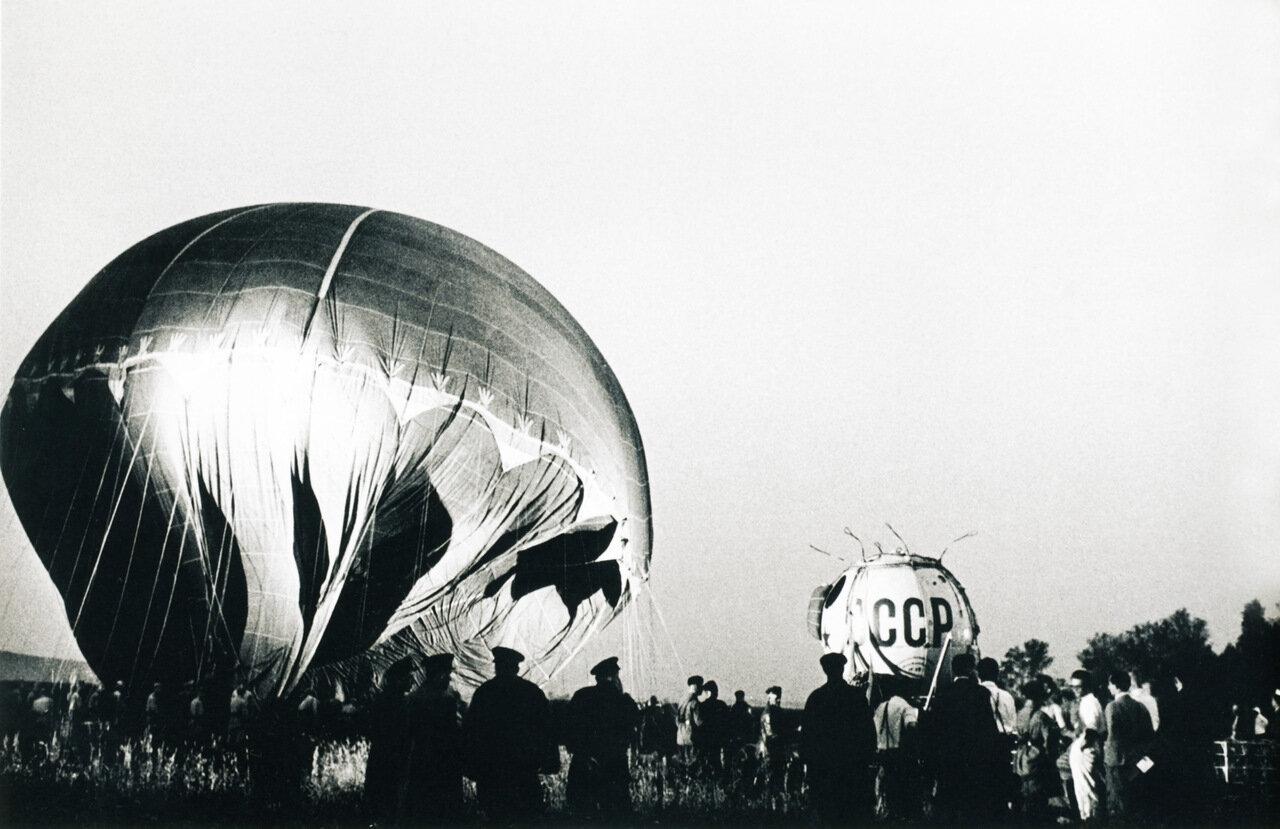 Перед спутником (Подготовка стратостата к полету) 1954 г.